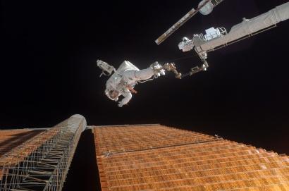 Astronaut_Scott_Parazynski_repairs_a_damaged_ISS_solar_panel